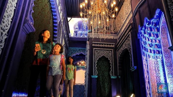 Para pengunjung memanfaatkan momen ini untuk berfoto, karena bangunan instalasi ini hanya ada saat Ramadan tahun ini.