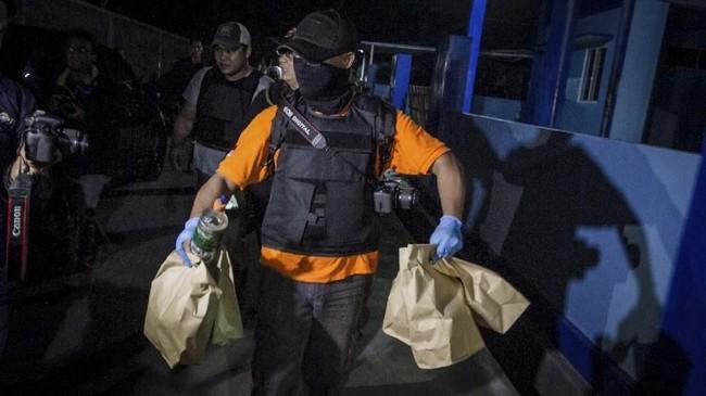 Dari barang bukti yang diamankan di rumah pelaku, polisi menemukan sejumlah bahan kimia seperti belerang dan potassium. (ANTARA FOTO/Mohammad Ayudha)