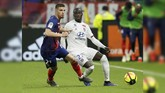 Bek kanan Olympique Lyon Ferland Mendy (kanan) dikabarkan akan segera melakukan tes medis dengan Real Madrid. (REUTERS/Emmanuel Foudrot)