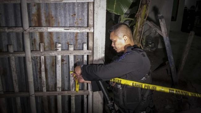 Polisi memasang garis polisi saat penggeledahan rumah pelaku peledakan Pospam Kartasura di dusun Kranggan, Wirogunan, Kartasura. Polisi menyebut pelaku berusia 22 tahun dan terpapar afiliasi ISIS. (ANTARA FOTO/Mohammad Ayudha)