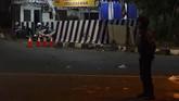 Seorang anggota kepolisian menjaga lokasi kejadian ledakan di Pos Pantau Arus Mudik Joglosemar, Kartasura, Sukoharjo, Jawa Tengah, Selasa (4/6). (ANTARA FOTO/Aloysius Jarot Nugroho)