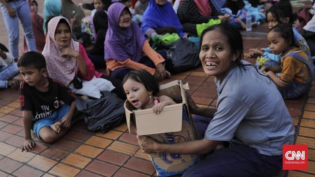 Setiap penerima zakat atau mustahiq akan mendapatkan lima kilogram beras. Diperkirakan, 2.000 mustahiq memenuhi Masjid Istiqlal untuk mendapatkan beras zakat fitrah. (CNN Indonesia/Adhi Wicaksono)