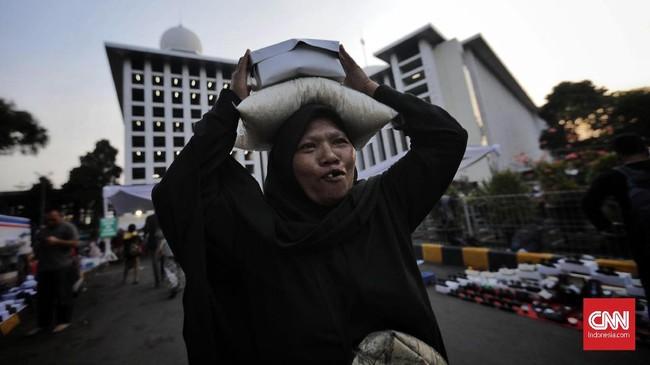 Di sisi lain, para mustahiq telah berbondong-bondong datang ke Istiqlal sejak pukul 15.00 WIB, sementara zakat fitrah dibagikan sebelum hingga setelah buka puasa. (CNN Indonesia/Adhi Wicaksono)