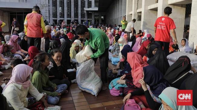 Seluruh zakat dalam bentuk beras dan uang tersebut diberikan pada mustahiq atau penerima zakat.(CNN Indonesia/Adhi Wicaksono)
