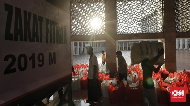 Pengurus Masjid Istiqlal Jakarta Pusat mendistribusikan 18,5 ton beras zakat fitrah kepada ribuan mustahiq atau penerima zakat yang datang ke Masjid Istiqlal pada Selasa, (4/6). (CNN Indonesia/Adhi Wicaksono)
