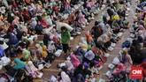 Masjid Istiqlal menerima zakat fitrah dalam bentuk beras 3,5 liter atau uang sebesar Rp50 ribu dari warga dan menyalurkan kepada yang berhak. (CNN Indonesia/Adhi Wicaksono)