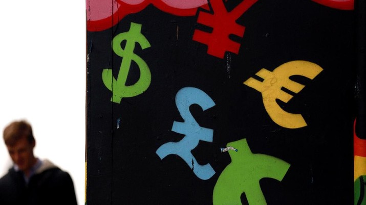 FILE PHOTO: Painted monetary symbols are seen on a wall in Dublin city centre October 22, 2014.  A year-long investigation into allegations of collusion and manipulation by global currency traders is set to come to a head on Wednesday, with Britain's financial regulator and six big banks expected to agree a settlement involving around ?1.5 billion ($2.38 billion) in fines. The settlement comes amid a revival of long-dormant volatility on foreign exchanges, where a steady rise in the U.S. dollar this year has depressed oil prices and the currencies of many commodity exporters such as Russia's rouble, Brazil's real and Nigeria's naira - setting the scene for more turbulence on world financial markets in 2015.  REUTERS/Cathal McNaughton/File Photo