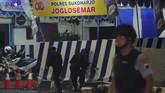 Petugas Polisi melakukan olah tempat kejadian perkara lokasi kejadian bom bunuh diri di Pospam Kartasura. Ledakan terjadi pukul 22.30 WIB. Anggota polisi yang berada di pos pantau pospam tugu Kartasura berhasil menyelamatkan diri, sementara pelaku mengalami luka parah. (ANTARA FOTO/Aloysius Jarot Nugroho)