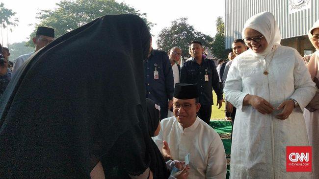 Gubernur Anies Ambil Duit dari Peci Bagikan THR