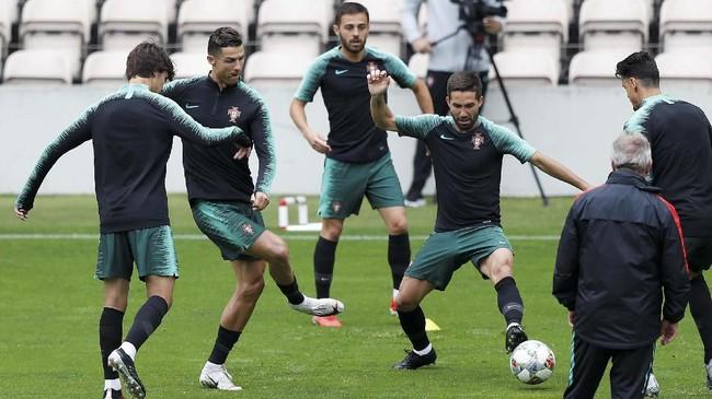 Cristiano Ronaldo kembali menjalani pemusatan latihan untuk membawa timnas Portugal melangkah ke final UEFA Nations League. (REUTERS/Rafael Marchante)