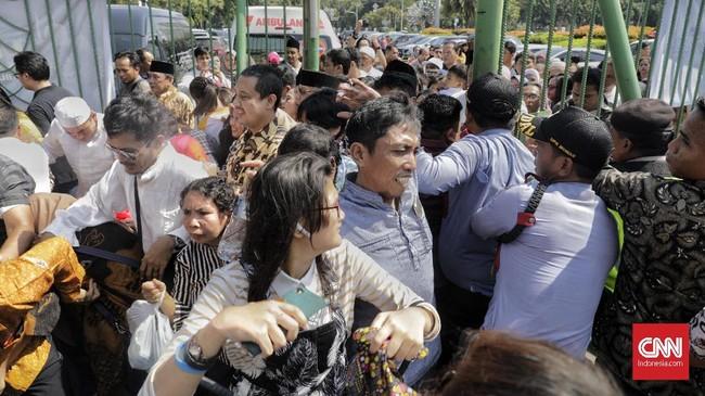 Jokowi pun mengucapkan terima kasih kepada masyarakat yang sudah rela mengantre untuk hadir dalam open house di Istana Negara. (CNN Indonesia/Adhi Wicaksono)