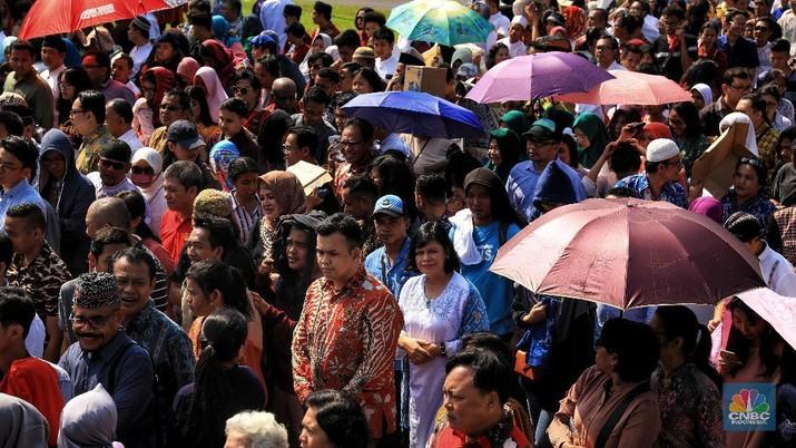 Demi Lebaran dengan Jokowi, Masyarakat Rela Antre & Kepanasan