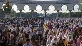Umat Islam melaksanakan salat Id di Masjid Agung Jawa Tengah, Semarang, Jawa Tengah Rabu (5/6). (ANTARA FOTO/Aji Styawan)