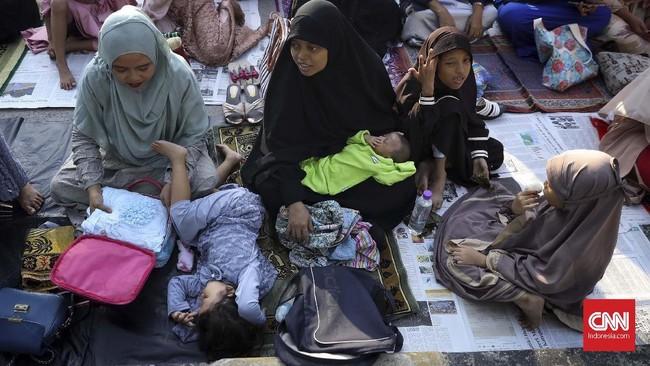 Umat Muslim melaksanakan salat Idul Fitri di kawasan Pelabuhan Sunda Kelapa, Jakarta, Rabu (5/6). (CNN Indonesia/Hesti Rika)
