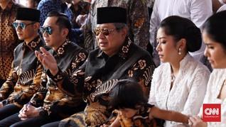 Batik Hitam Pertama dan Air Mata SBY di Pusara Ani Yudhoyono