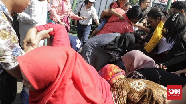 Ratusan warga yang mengantre untuk bertemu Presiden Joko Widodo sempat ricuh saling berdesakan dan saling dorong hingga ada yang terjatuh dan terinjak. (CNN Indonesia/Adhi Wicaksono)