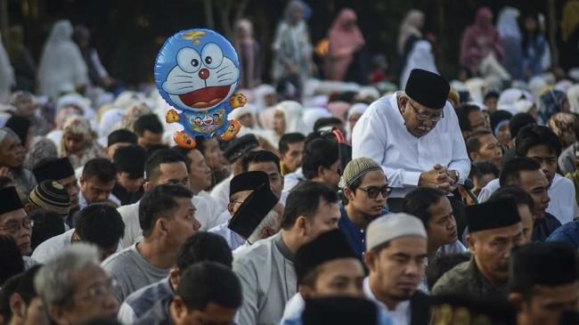 Umat Muslim bersiap melaksanaan salat Id di Lapangan Gasibu, Bandung, Jawa Barat, Rabu (5/6). (ANTARA FOTO/Raisan Al Farisi)