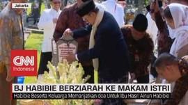 VIDEO: BJ Habibie Berziarah ke Makam Istri