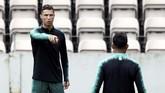 Cristiano Ronaldo memimpin timnas Portugal jelang menghadapi Swiss. Penyerang Juventus itu tak segan memberikan instruksi kepada rekan setimnya. (REUTERS/Rafael Marchante)