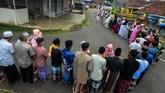 Antrean warga saat berjabat tangan atau bersalaman massal Lebaran usai melaksanakan salat Idul Fitri 1440 Hijriyah di Desa Darmaraja, Kabupaten Ciamis, Jawa Barat. (ANTARA FOTO/Adeng Bustomi)
