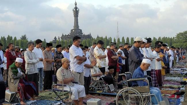 Umat Islam melaksanakan solat Idul Fitri 1440 H di Lapangan Puputan Margarana, Renon, Denpasar, Bali, Rabu (5/6). Ibadah tersebut juga dilaksanakan di sejumlah lapangan umum dan Masjid di Denpasar. (ANTARA FOTO/Nyoman Hendra Wibowo)