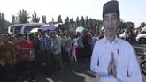 Ratusan warga mengantre untuk bertemu Presiden Joko Widodo di Monas, Jakarta, Rabu (5/6/2019). (ANTARA FOTO/Akbar Nugroho Gumay)