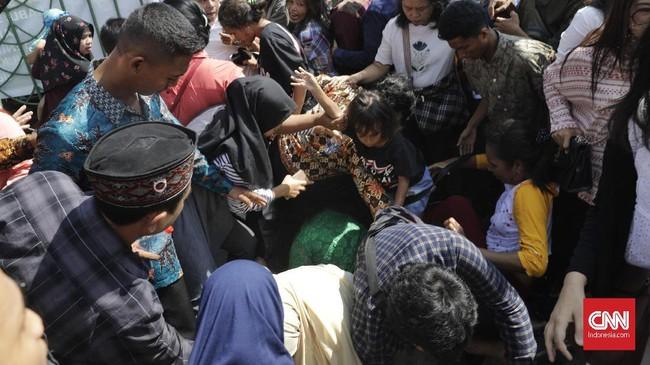 Ibu Negara Iriana Joko Widodo tidak tampak menemani Presiden saat datang ke tenda di kawasan Monas tersebut. (CNN Indonesia/Adhi Wicaksono)