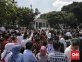 Warga Berebut Bersalaman dengan Jokowi di Istana