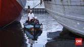 Umat Muslim melaksanakan salat Idul Fitri di kawasan Pelabuhan Sunda Kelapa, Jakarta, Rabu (5/6). Sesuai ketetapan pemerintah 1 Syawal 1440 Hijriah jatuh pada hari ini. Salat Id diadakan untuk menandai akhir dari bulan puasa Ramadhan. (CNN Indonesia/Hesti Rika)