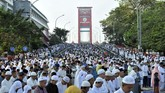 Warga Kota Palembang melaksanakan salat Id 1 Syawal 1440 H di pusat Kota Palembang, Sumsel, Rabu (5/6). (ANTARA FOTO/Feny Selly)