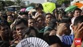 Namun, karena banyaknya masyarakat yang datang dan Presiden juga akan ke Solo pada hari ini maka Jokowi pun menghampiri warga yang sudah menunggu di tenda di depan Istana Negara, di depan gedung Sekretariat Negara dan di Jalan Silang Monas Barat Laut. (CNN Indonesia/Adhi Wicaksono)