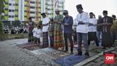 Pelaksanaan ibadah Salat Id di Masjid Jami Al Muhajirin, Rumah Susun Sederhana Sewa (Rusunawa) Rawa Bebek, Cakung, Jakarta. (CNN Indonesia/Bisma Septalisma)