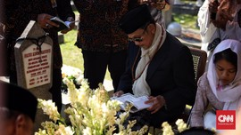 BJ Habibie Ziarah ke Makam Ainun di TMP Kalibata