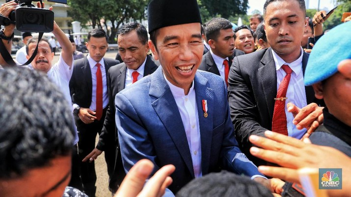 Presiden Joko Widodo menemui warga yang telah lama mengantre untuk bersilahturahmi dengannya di Kawasan Monas, Jakarta, Rabu (5/6/2019). Dengan mengenakan jas berwarna hitam dan memakai peci, jokowi menyapa warganya diatas panggung.