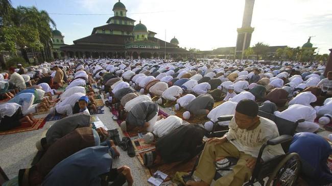Umat islam melaksanakan shalat Id di Masjid Jami Banjarmasin, Kalimantan Selatan, Rabu (5/6). (ANTARA FOTO/Bayu Pratama S)