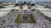 Umat muslim memadati Masjid Raya Baiturrahman untuk melaksanakan ibadah salat Id di Banda Aceh. (ANTARA FOTO/Irwansyah Putra)