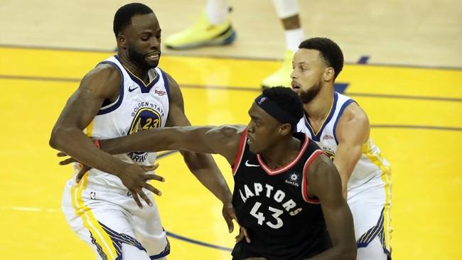Bermain tanpa Kevin Durant dan Klay Thompson, Warriors berusaha mengandalkan Draymond Green (kiri) serta Stephen Curry untuk merebut kemenangan di gim ketiga. (REUTERS/Sergio Estrada-USA TODAY Sports)