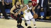 Guard Golden State Warriors Stephen Curry (kanan) menciptakan 47 poin di gim ketiga, tapi tuan rumah tetap kalah dari Raptors. (REUTERS/Sergio Estrada-USA TODAY Sports)
