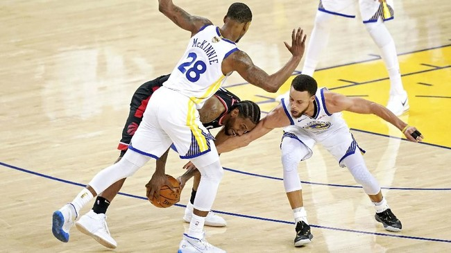 Golden State Warriors gagal membendung penamplan forward Toronto Raptors Kawhi Leonard (tengah) yang mencetak 30 poin di laga ini. (REUTERS/Kyle Terada-USA TODAY Sports)