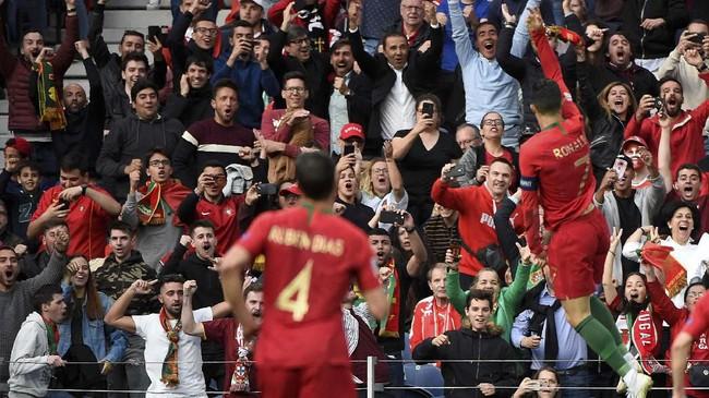 Cristiano Ronaldo merayakan gol ke gawang timnas Swiss. Ronaldo kemudian memperlebar keunggulan Portugal menjadi 3-1 saat injury time babak kedua. (MIGUEL RIOPA / AFP)