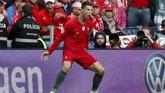Cristiano Ronaldo merayakan gol pertama timnas Portugal lewat tendangan bebas ke gawang Swiss. (REUTERS/Susana Vera)