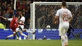 Cristiano Ronaldo mencetak gol ketiga setelah mengecoh satu pemain Swiss dan melepaskan tendangan ke pojok kiri gawang. (MIGUEL RIOPA / AFP)