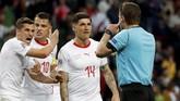 Pada serangan berikutnya, timnas Portugal justru mendapatkan penalti setelah Bernardo Silva dijatuhkan. Wasit Felix Brych sempat menunjuk titik putih. (REUTERS/Susana Vera)