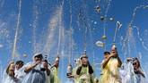 Pelajar kelas enam di sekolah dasar Desert Knolls di Apple Valley, California, Amerika Serikat, mencampurkan mentos ke dalam soda dan membuat air mancur mini untuk merayakan hari terakhir sekolah. (James Quigg/The Daily Press via AP)