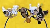 Pemain Toronto Raptors Serge Ibaka (9) berusaha memblok lemparan pemain Golden State Warriors Jonas Jerebko (21). Raptors mampu unggul sepanjang laga gim ketiga atas Warriors. (REUTERS/Kyle Terada-USA TODAY Sports)