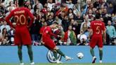 Cristiano Ronaldo membuka keunggulan timnas Portugal pada menit ke-25 melalui tendangan bebas yang tidak mampu dihentikan kiper Yann Sommer. (REUTERS/Susana Vera)