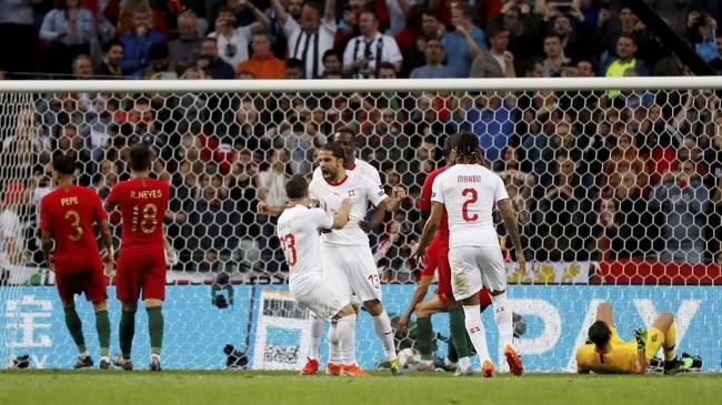 Ricardo Rodriguez yang menjadi eksekutor penalti timnas Swiss menjalan tugasnya dengan baik dan menyamakan kedudukan 1-1 pada menit ke-57. (REUTERS/Susana Vera)