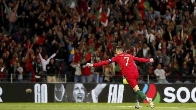 Cristiano Ronaldo merayakan gol ke gawang Swiss. Hattrick Ronaldo memastikan langkah timnas Portugal ke Final UEFA Nations League 2019. (REUTERS/Susana Vera)