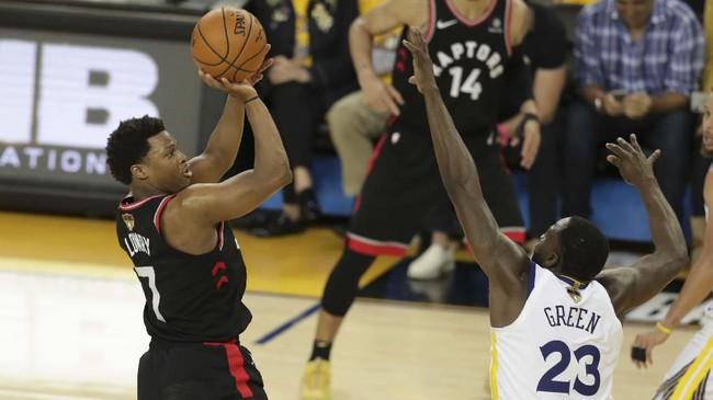 Guard Toronto Raptors Kyle Lowry (kiri) melepaskan lemparan. Lowry salah satu pemain Raptors yang tampil bersinar di gim ketiga dengan 23 poin dan sembilan assist.(REUTERS/Sergio Estrada-USA TODAY Sports)