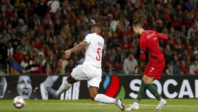 Cristiano Ronaldo kemudian membawa timnas Portugal unggul pada menit ke-88 setelah menerima umpan tarik dari Bernardo Silva. Ronaldo melepaskan tendangan sekali sentuh ke pojok kiri gawang. (REUTERS/Susana Vera)